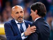 Vor dem dramatischen Match noch höflich miteinander: Inters Coach Luciano Spalletti (links) und Lazios Trainer Simone Inzaghi (Bild: Keystone/AP/Angelo Carconi)