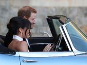 Mit Ring von Lady Diana am Finger: Meghan Markle mit ihrem Mann Prinz Harry auf dem Weg zur privaten Hochzeitsparty auf Schloss Windsor. (Bild: KEYSTONE/AP PA/STEVE PARSONS)