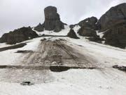 Ein Schneerutsch hat am Pfingstsonntag am Klausenpass zwei Autos mitgerissen. (Bild: Kantonspolizei Uri)