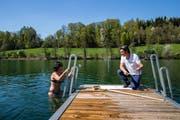Ein Badegast spricht mit dem Rotsee-Bademeister Patrick Widmer | Bild: Philipp Schmidli (Ebikon, 19. April 2018)