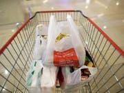 Die EU-Kommission schlägt eine Steuer auf Plastik vor, um den Verpackungsabfall zu reduzieren. (Bild: KEYSTONE/EPA/MAST IRHAM)