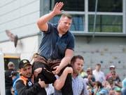 Als wäre er nie weg gewesen: Matthias Glarner lässt sich in Interlaken als Sieger feiern (Bild: KEYSTONE/PETER SCHNEIDER)