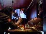 Die britische Hochzeit zwischen Prinz Harry und der US-Schauspielerin Meghan Markle wurde auf zahlreichen TV-Bildschirmen live mitverfolgt. (Bild: KEYSTONE/MARTIAL TREZZINI)