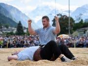 Armon Orlik der Sieger, Domenic Schneider auf dem Rücken: die Entscheidung am Glarner-Bündner Fest in Schwanden GL (Bild: KEYSTONE/GIAN EHRENZELLER)