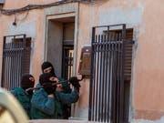 Beamte der spanischen Polizeieinheit Guardia Civil bei der Durchsuchung eines Hauses. (Bild: KEYSTONE/EPA EFE/MARIANO CIEZA MORENO)