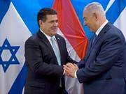 Nach den USA und Guatemala hat auch Paraguay seine Botschaft in Israel nach Jerusalem verlegt. Der Präsident des südamerikanischen Landes, Horacio Cartes (links), und Israels Ministerpräsident Benjamin Netanjahu nahmen an der Eröffnungszeremonie am Montag teil. (Bild: Keystone/EPA/SEBASTIAN SCHEINER / POOL)