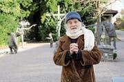 Pfarrer Ernst Sieber auf dem reformierten Friedhof in Horgen. Im Hintergrund seine Bronzefiguren. (Bild: Pascal Bloch/Keystone (23. Februar 2017))
