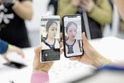 Xiaomis neues Smartphone Mi Mix 2S (links) soll Apple und Samsung Konkurrenz machen. (Bild: Quilai Shen/Bloomberg (Schanghai, 27. März 2018))