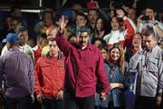 Nicolás Maduro feiert den Sieg mit Gattin Cilia Flores vor seinen Anhängern in Caracas. (Bild: Miguel Gutierrez/EPA (20. Mai 2018))