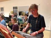 Elisa Hipp wird am Jahreskonzert des Musikvereins Bürglen zwei Stücke als Hackbrett-Solistin spielen. (Bild: PD)