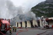 Hinter der Seeztal-Autogarage in Mels brach am Sonntagabend ein Feuer aus (Bild: kapo)