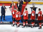 Eine Silbermedaille, über die sich (noch) niemand freut: Trotz der Finalniederlage gibt es viel Lob für das Schweizer Nationalteam (Bild: KEYSTONE/SALVATORE DI NOLFI)