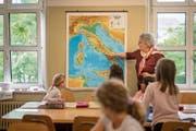 Verben konjugieren und Geografie lernen: Die Schüler der Italienischklasse machen mit und hören aufmerksam zu. (Bild: Bilder: Benjamin Manser)