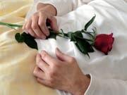In Neuseeland starb ein Paar nach 61 Jahren Ehe unabhängig voneinander am selben Tag eines natürlichen Todes. (Bild: KEYSTONE/MARTIN RUETSCHI)