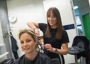 Coiffeuse Andrea Bättig frisiert Tele-1-Moderatorin Fabienne Bamert auf der Redaktion im LZ-Medienhaus. (Bild: Dominik Wunderli (8. März 2018))