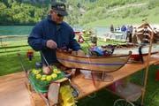 Jakob Scherer präsentiert ein besonderes Ruderboot. (Bild: Christoph Näpflin, Seelisber, 20. Mai 2017)