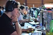 Gamer füllen an der LAN-Party den Seeparksaal. (Bild: Max Eichenberger)