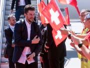 Roman Josi wird von den Fans am Flughafen empfangen (Bild: KEYSTONE/MELANIE DUCHENE)