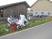Ein Teil des auseinandergerissenen Fahrzeugs, in dem der Lenker starb, die Beifahrerin allerdings nur leicht verletzt wurde. (Bild: Kntonspolizei Jura)