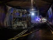 Bald wieder offen: Geht alles gut, wird der nach einem Bus-Brand gesperrte San Bernardino-Tunnel am Donnerstag wieder geöffnet. (Bild: KEYSTONE/GIAN EHRENZELLER)