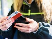 Muss mit deutlich tieferer Rente rechnen: Zugbegleiterin der SBB bei der Billettkontrolle. (Bild: KEYSTONE/CHRISTIAN BEUTLER)