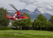Der Rega-Heli brachte den Patienten in eine auswärtige Klinik. | Bild: Geri Holdener, Bote der Urschweiz