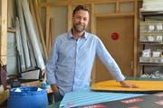 Claudio Wick in seiner Produktionswerkstatt in Stein mit einigen seiner Parkschutzmatten-Prototypen. Bild: Michael Ulmann