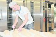 Stefan Filliger, Leiter der Volg-Bäckerei in Ennetbürgen, macht Brote fürs Backen bereit. Bild: Matthias Piazza (Ennetbürgen, 17. Mai 2018)