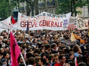 Zehntausende Angestellte im öffentlichen Dienst Frankreichs haben am Dienstag die Arbeit niedergelegt und ihrem Unmut über die Regierungspolitik Luft gemacht. (Bild: KEYSTONE/AP/CHRISTOPHE ENA)