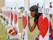 Eine Schülerin der Santa Fe High School schreibt eine Botschaft für ihre erschossenen Mitschüler. Der 17-jährige Amokläufer kannte alle seine Opfer. (Foto: Steve Gonzales/Houston Chronicle via AP) (Bild: KEYSTONE/AP Houston Chronicle/STEVE GONZALES)