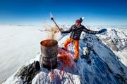 Pirmin Zurbriggen symbolisch mit der Olympischen Flamme auf dem Matterhorn. | Bild: Valentin Flauraud / Keystone (Zermatt, 8. Februar 2018)