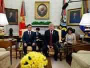 US-Präsident Trump hat seinen südkoreanischen Amtskollegen Moon Jae-In im Oval Office empfangen. (Bild: KEYSTONE/AP/EVAN VUCCI)
