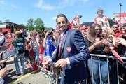 Nationaltrainer Patrick Fischer lässt sich von den Fans am Flughafen Zürich feiern. Bild: Patrick Hürlimann/Keystone (Kloten, 21. Mai 2018)