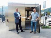 Michael Ackermann (rechts), Leiter Bau der Gemeinde Sevelen, und Markus Rast, Bauherrenvertreter der SBB, eröffneten das neue öffentliche WC am Bahnhof Sevelen. (Bild: Corinne Hanselmann)