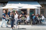 In der Altstadt gibt es über Mittag kaum freie Plätze in den Strassenrestaurants. (Bild: Ralph Ribi)