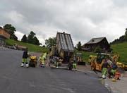 Das letzte Stück des Chuchitobel-Parkplatzes erhielt am Donnerstagnachmittag einen Teerbelag. (Bild: Adi Lippuner)