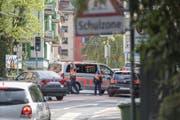 Die Polizei kontrolliert auf der Höhe des Schlossberges in der Stadt Luzern Insassen von Autos und Bussen.