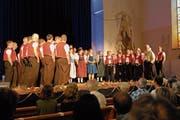 Nadja Räss (im blauen Kleid) inmitten der Mitglieder der vier Jodelchöre. (Bild: Christiana Sutter)