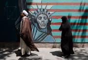 Feindbild Amerika - in Teherans Strassen macht ein Wandbild deutlich, was man von der Weltmacht hält. (Bild: Abedin Taherkenareh; 16. Mai 2018)