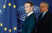 Facebook-Chef Mark Zuckerberg (links) und EU-Parlamentspräsident Antonio Tajani gestern in Brüssel. (Bild: Olivier Hoslet/EPA (22. Mai 2018))