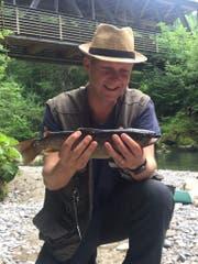 Simon Enzler ist mit seinem Fischfang während der Challenge zufrieden. Bild: pd