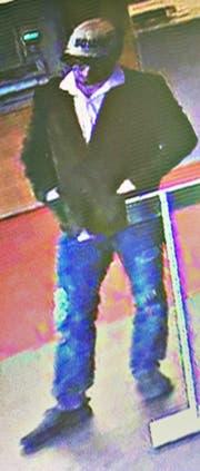 Er war bekleidet mit einer braune Jacke, einem hellen Oberteil und einer Bluejeans. | Bild: Luzerner Polizei (Ebikon, 24. April 2018)