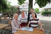 Geschichten, die durch den Magen gehen: Präsidentin Johanna Enzler (von links), Brigitte Hungerbühler, Erika Pertzel und Rolf Hofstetter haben gestern ihr Projekt vorgestellt. Weiter bereichert Kassierin Milly Brühlmann (nicht anwesend) das Team. (Bild: Jolanda Riedener)