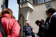 Ueli Fritsche erklärt während der Führung, warum das Genfer Wappen am Grosshaus zu finden ist. Bild: Stefan Kaiser (Zug, 19. Mai 2018)