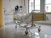 Die Finanzierung des Gesundheitssystems muss so gestaltet sein, dass die Medizin im Vordergrund steht, fordert der Spitalverband H+. (Bild: Keystone/GAETAN BALLY)