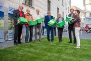 Das Komitee der Initiativen Luzerner Kulturlandschaft überreicht Kathrin Graber vom Kanton vor dem Luzerner Regierungsgebäude die gesammelten Unterschriften. Bild: Pius Amrein (Luzern, 22. Mai 2018)