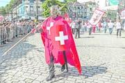 Der Patriot oben rechts zelebriert seine Liebe zur Schweiz. Bild: Carlos Mafort/EPA (Nova Friburgo, 16. Mai 2018)