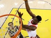 Clint Capela kam mit den Houston Rockets zu einem wichtigen Auswärtserfolg bei den Golden State Warriors (Bild: KEYSTONE/AP/MARCIO JOSE SANCHEZ)