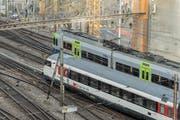 Zwei Zugskompositionen der SBB und der BLS verlassen den Bahnhof Bern in Richtung Osten. (Bild: Alessandro della Valle/Keystone)