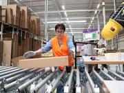 Liefern Schweizer Unternehmen Waren an einen Kunden in einem EU-Land, müssen auch sie sich ab dem 25. Mai an die neuen EU-Datenschutzregeln halten (Archiv). (Bild: KEYSTONE/EPA/FRIEDEMANN VOGEL)